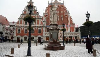 3. maijs. Rīgas Rātslaukumā uzstāda Rolanda statujas kopiju