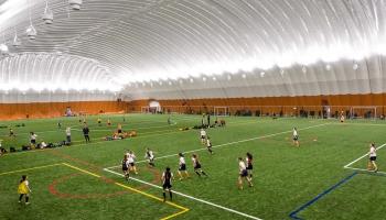 Vai jaunās halles reģionos liks futbolam saspuroties?