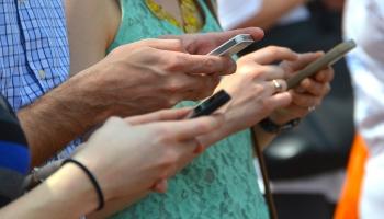 Телефон в отпуске: брать или не брать?