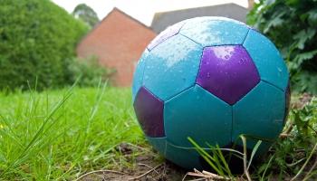 Vai pusaudžiem jāspēlē futbols ar lielā izmēra bumbām: uzklausām viedokļus
