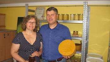 Gunta un Oskars Otto Aizkraukles pagastā rūpējas par 60 bišu saimēm
