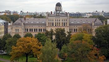 Dienas apskats. LU Muzejs piedāvā  apmeklēt LU galvenās ēkas jumta platformu