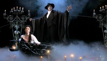 "9. oktobris. Endrjū Loida Vēbera  mūzikla ""Operas spoks"" pirmizrāde"