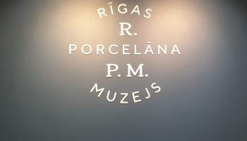 Durvis ver renovētais Rīgas Porcelāna muzejs