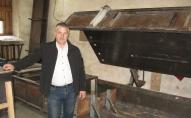 Jānis Saulītis Burtniekos ražo paneļus no rudzu salmiem māju būvniecībai