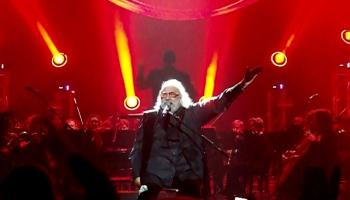 Populārais grieķu dziedātājs Demiss Rusoss