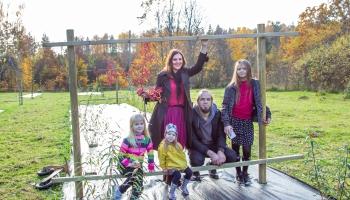 """Cīravas pagastā Šmitu ģimene veido """"Meža dizaina dārzu"""""""