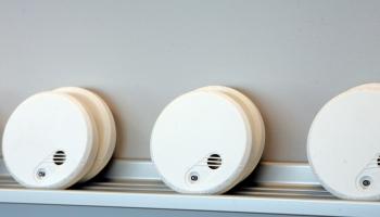 VUGD un NMPD informē par dūmu detektoru nepieciešamību mājokļos