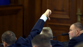 Saeima liedz pašvaldību vēlēšanās startēt vēlētāju apvienībām. Nostiprina partiju monopolu