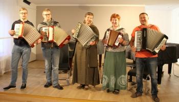 """Atskats uz """"Skaņumājas"""" rīkotajiem tradicionālo mūzikas instrumentu spēles kursiem"""