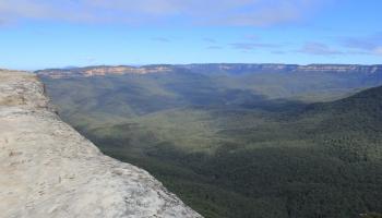 11. maijs. Ceļā dodas pirmā ekspedīcija, kurai izdodas šķersot Zilos kalnus Austrālijā