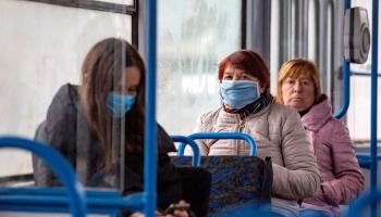 Sabiedriskajā transportā jāaizsedz mute un deguns. Kā veicas ar noteikumu ievērošanu?