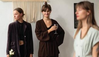 """Agneses Čemmes un Esteres Betijas Grāveres izstāde """"Lūdzu, uzgaidiet!"""" galerijā """"Smiļka"""""""