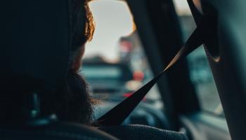 """""""Можешь спереди, сможешь и сзади"""": CSDD приучает пассажиров к ремням безопасности"""
