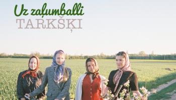 """Uz zaļumballi! Folkloras kopa """"Tarkšķi"""" jaunajā minialbumā godā ceļ mandolīnu"""
