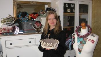 Rokdarbniece Ginta Zaumane darina izšūtas matu rotas, vainagus un arī keramikas traukus