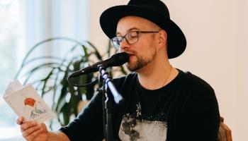 Dziedātājs, kurš sevi piesaka arī kā dzejnieks, Lauris Valters