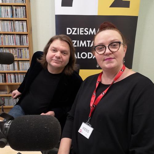 Viesojas  un dziesmas vērtē Aigars Grauba un Ilona Bagele