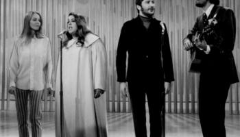 """The Mamas And The Papas"" - savulaik populāra vokālā grupa no Kalifornijas"