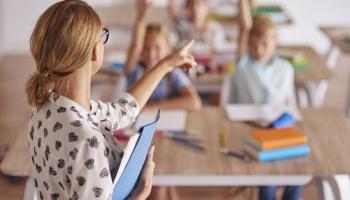 Nozare cer pārliecināt Saeimu atlikt prasību par obligāto vakcināciju pedagogiem