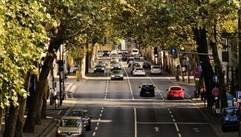 Pieaug satiksmes intensitāte. Vai braucam ar jaunākām un videi draudzīgākām automašīnām?