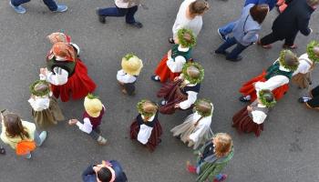 14 dienās 43 novadi - skolēnu dziesmu svētku gājiens šoreiz vijas cauri visai Latvijai