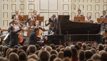 """Bezeidenhauts, """"Mozarteum"""" orķestris un maestro Manakorda Mocarta mūzikā Zalcburgā"""