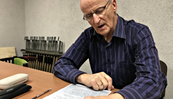 Aktieris Pēteris Liepiņš lasa E. Veidenbauma dzejoli Virs zemes nav taisnības...