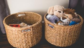 Speciālistu ieteikumi vecākiem, kā bērnam iemācīt kārtot un šķirot mantas
