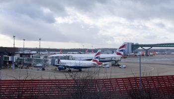 Dronu dēļ aizvien slēgta Getvikas lidosta Londonā
