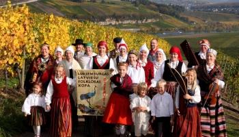 """Gaidot Vasaras saulgriežus,lūk Luksemburgas bērnu folkloras grupa""""Mazās dzērves"""""""