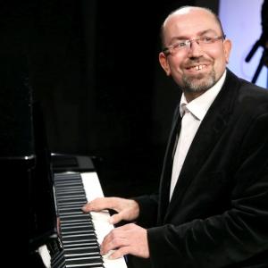 """Pianists Gints Žilinskis aizrauj jautrā """"boogie-woogie"""" dejā"""