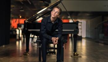 """Īpašs pirmatskaņojums! Jēkaba Graubiņa """"Veltījumu"""" klavierēm atskaņo Daumants Liepiņš"""