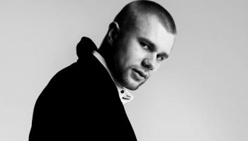 LMB nominants Juris Āzers klausās elektroniku