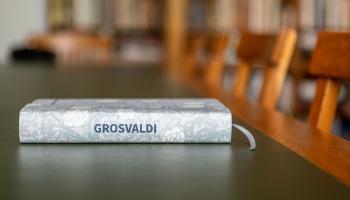 """Romāns """"Grosvaldi"""". Kristīne Želve """"iedevusi balsi"""" Grosvaldu pašu rakstītajam"""