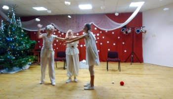 Ludzā mācās žonglēt un spēlēt teātri