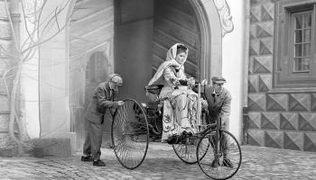 12. augusts. Bertas Bencas pirmais izbrauciens motorratos ar degvielas dzinēju