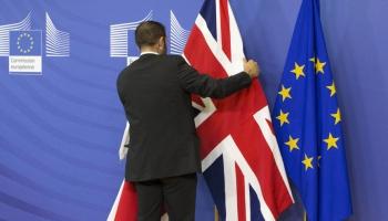 Divas puslodes: Lielbritānija pamet Eiropas Savienību, bet tā ir un paliek Eiropā