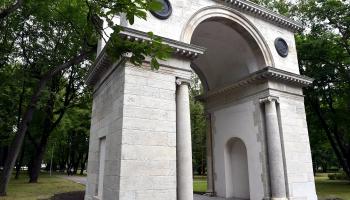 Vai zini, kur Rīgā atrodas triumfa arkas?