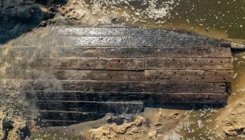 Daugavgrīvas pludmalē atrasts vēsturiska koka kuģa vraks