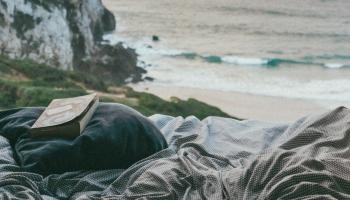 """Evelīnas Holstas romāna """"Vīrietis uz gultas malas"""" fragmenti"""