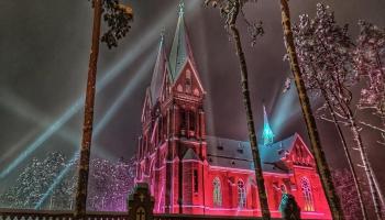 Viļakas Vissvētās Jēzus Sirds Romas katoļu baznīca priecē ar gaismu spēlēm logā