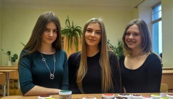 Kārsavas vidusskolas skolnieces ražo dabīgus skrubjus
