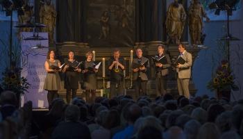 """Agate Burkina un Edgars Cīrulis klausās """"Nordic Voices"""" un Nilsu Peteru Molvēru"""