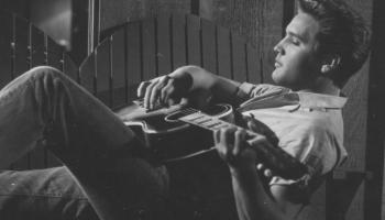 30. jūlijs. Pirmo reiz uz skatuves kāpj nevienam nezināms dziedātājs Elviss Preslijs
