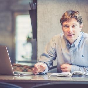 """Uzņēmējs un režisors Dāvis Auškāps izvēlējies būt par režisoru savā """"Dāvja virtuvē"""""""