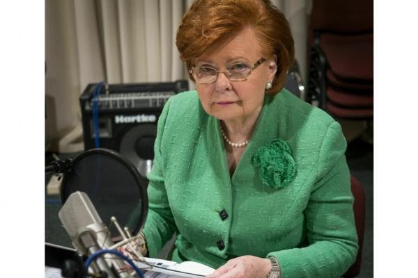 """Vaira Vīķe Freiberga lasa latviešu tautas pasaku """"Sērdienīte un mātes meita"""""""