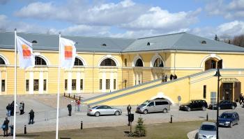 Daugavpils Marka Rotko mākslas centrā daudzveidīga un krāsaina keramikas darbu izstāde