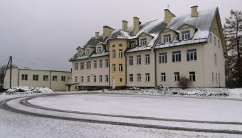 Здание бывшей школы в Вецслабаде: вместо школьников - туристы