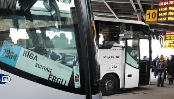 """Из БМВ - в автобус: минсообщения призывает """"Попробовать общественный транспорт"""""""